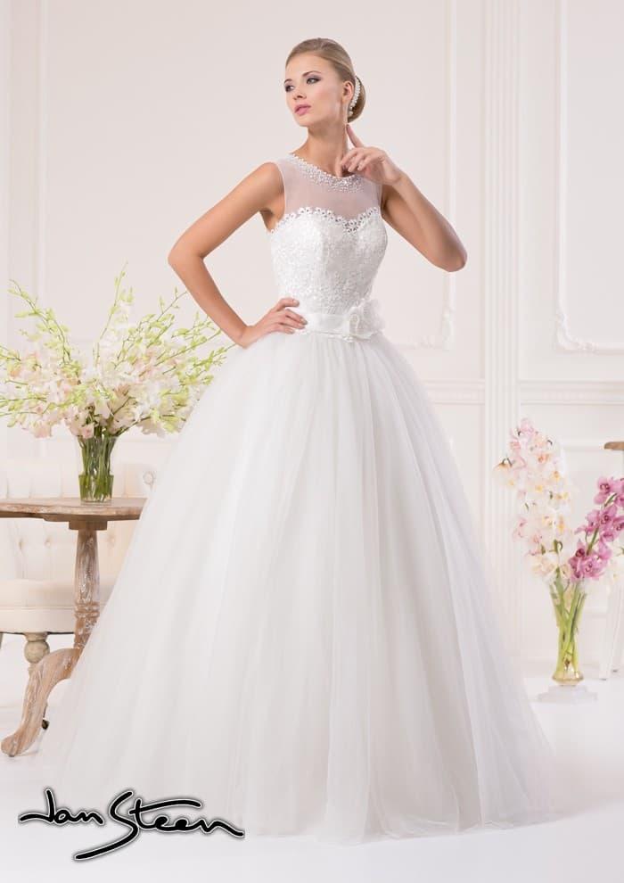 Пышное свадебное платье с широким атласным поясом и кружевной отделкой лифа.