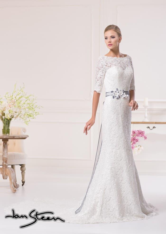 Прямое свадебное платье с декором из кружева по всей длине и цветным поясом.