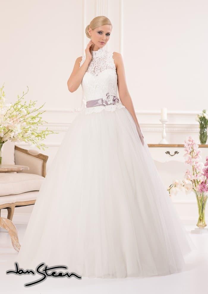 Пышное свадебное платье с закрытым лифом и атласным поясом лилового цвета.