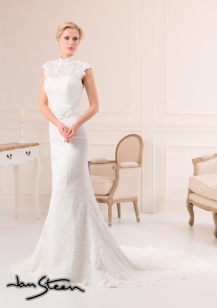 Прямое свадебное платье с высоким воротником из плотного кружева и ажурным шлейфом.