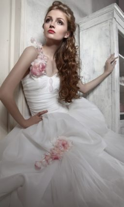 Открытое свадебное платье с цветной отделкой розовыми бутонами и шлейфом сзади.