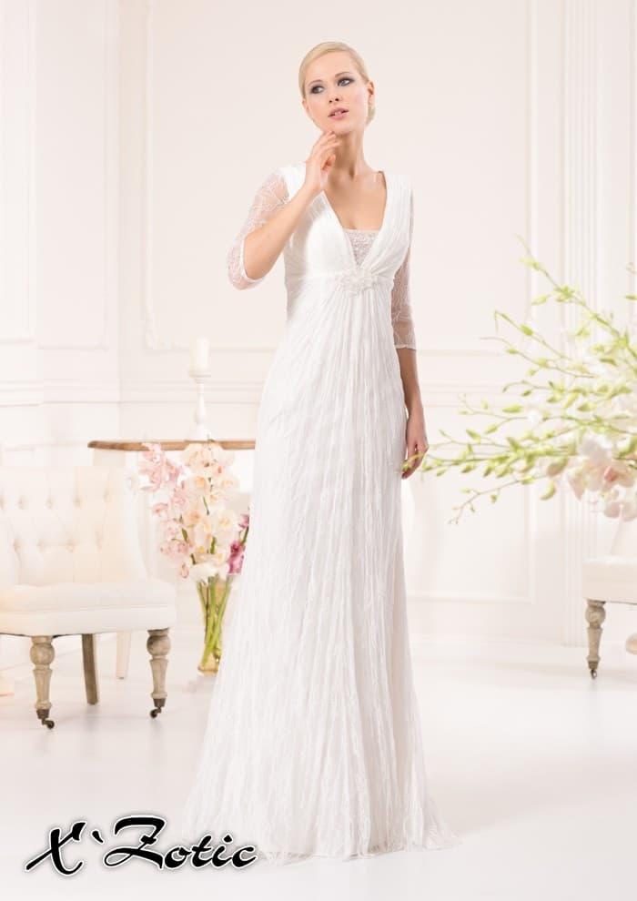 Прямое свадебное платье с элегантным V-образным вырезом и рукавами в три четверти.