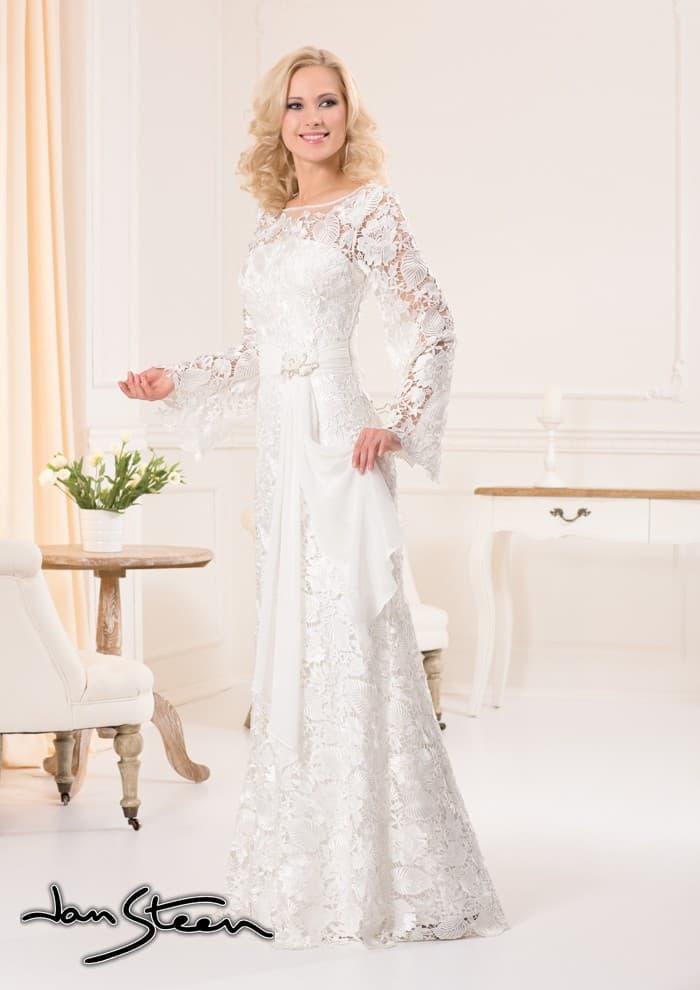 Прямое свадебное платье из фактурной кружевной ткани с широким поясом на талии.
