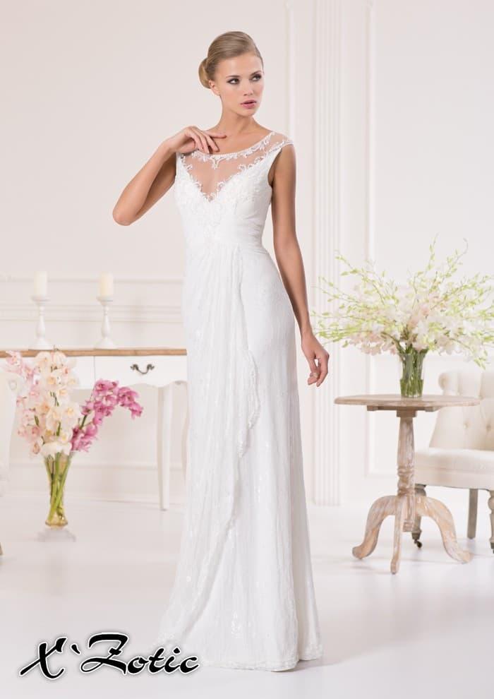 Прямое свадебное платье с кружевным декором выреза V-образной формы.