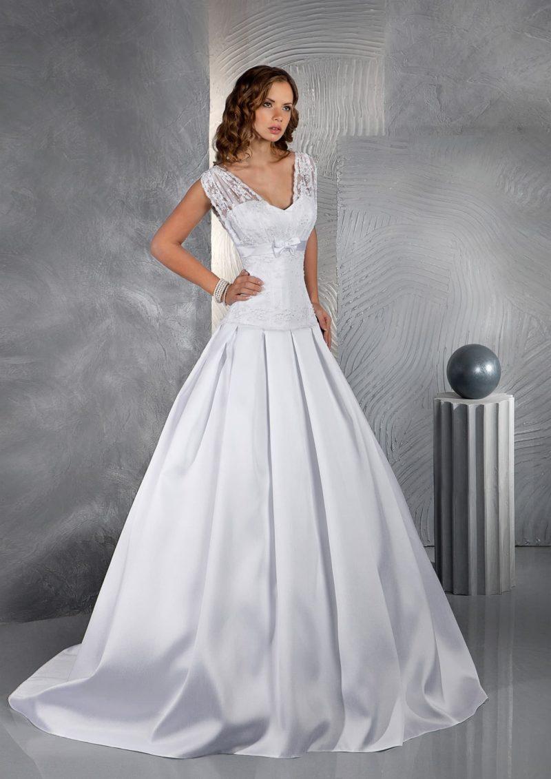 Свадебное платье с атласной юбкой силуэта «принцесса» и ажурным лифом с V-образным вырезом.