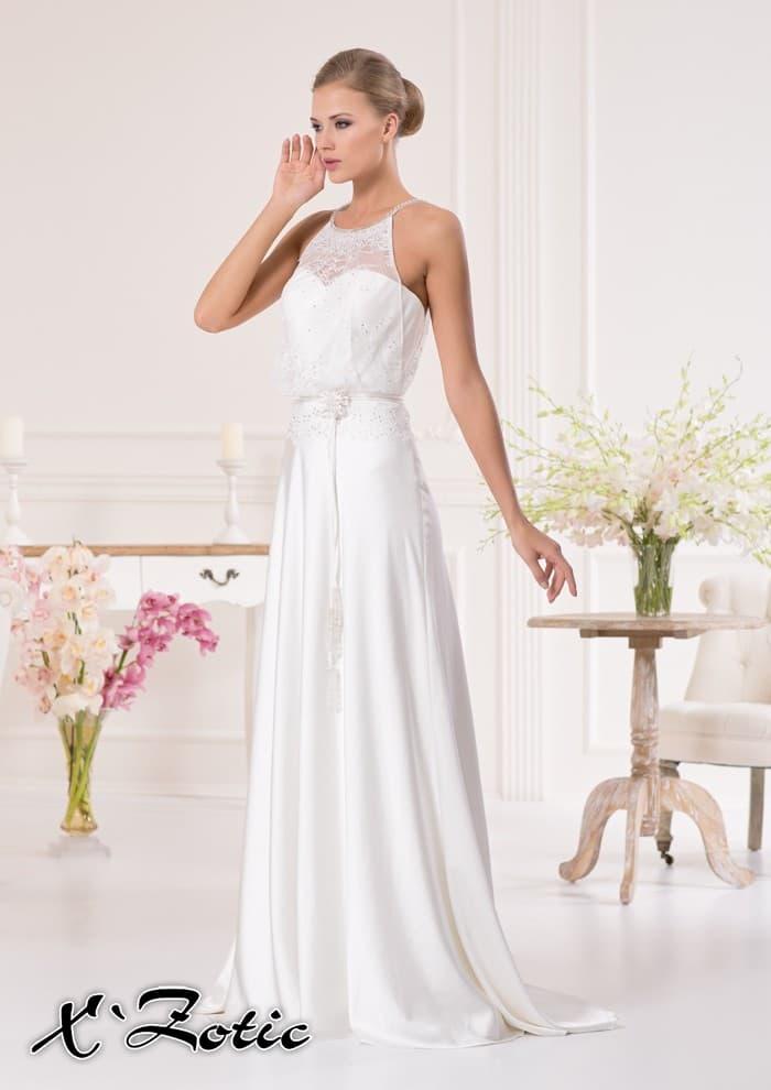 Атласное свадебное платье прямого силуэта с небольшим шлейфом и тонкими бретелями.