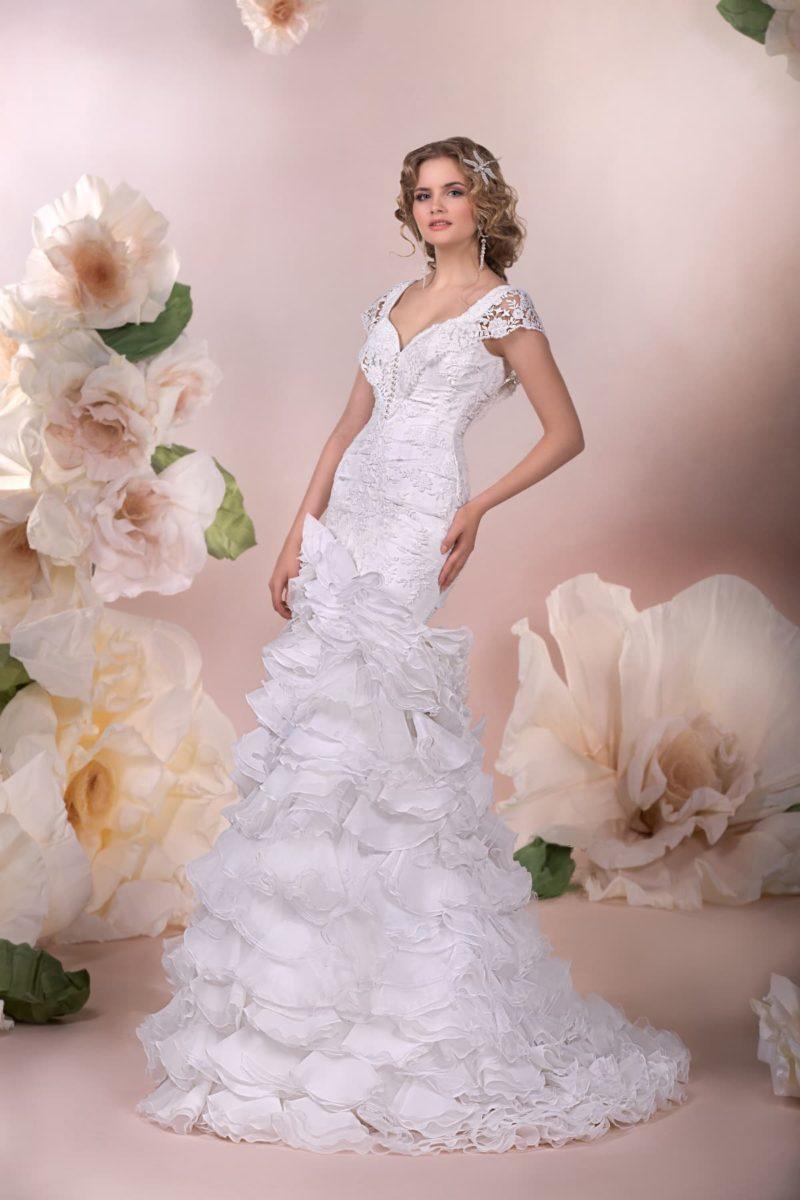 Свадебное платье силуэта «рыбка» с плотными оборками по юбке и небольшим шлейфом сзади.