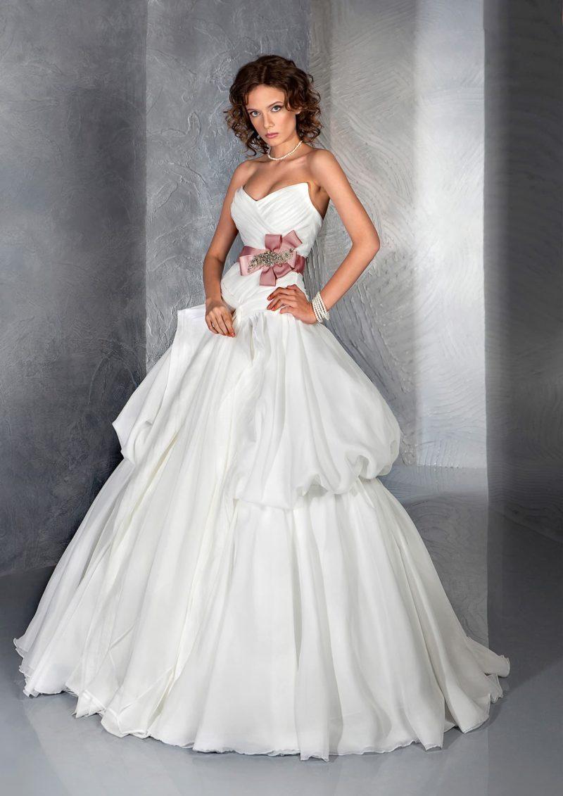 Пышное свадебное платье с великолепным атласным поясом розового цвета.