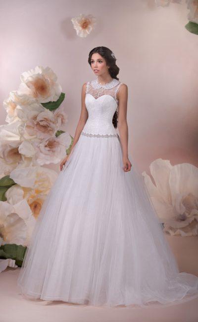 Свадебное платье силуэта «принцесса» с вертикальными складками на юбке и ажурным верхом.