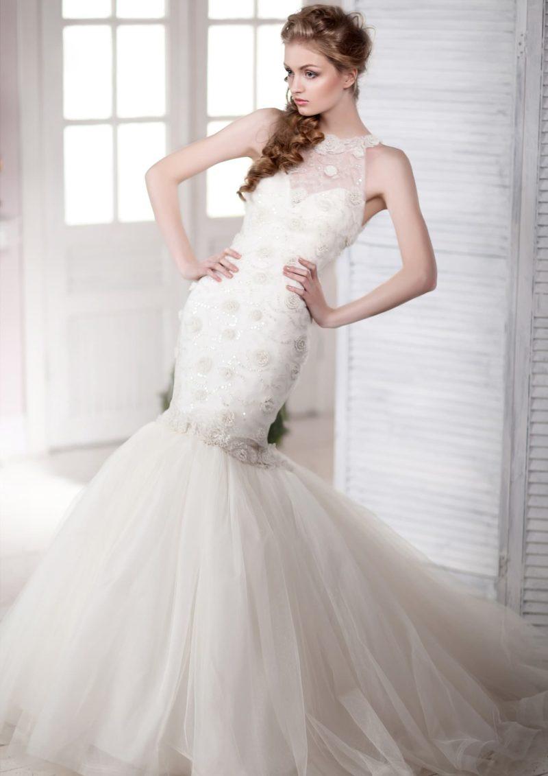 Роскошное свадебное платье силуэта «рыбка» с американской проймой, оформленной кружевом.