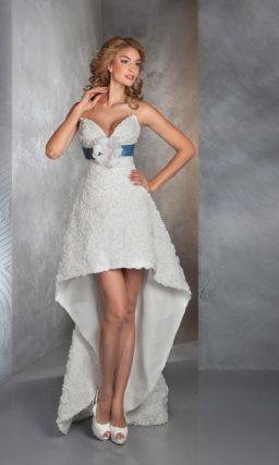 Короткое свадебное платье с длинным шлейфом сзади и синим атласным поясом.