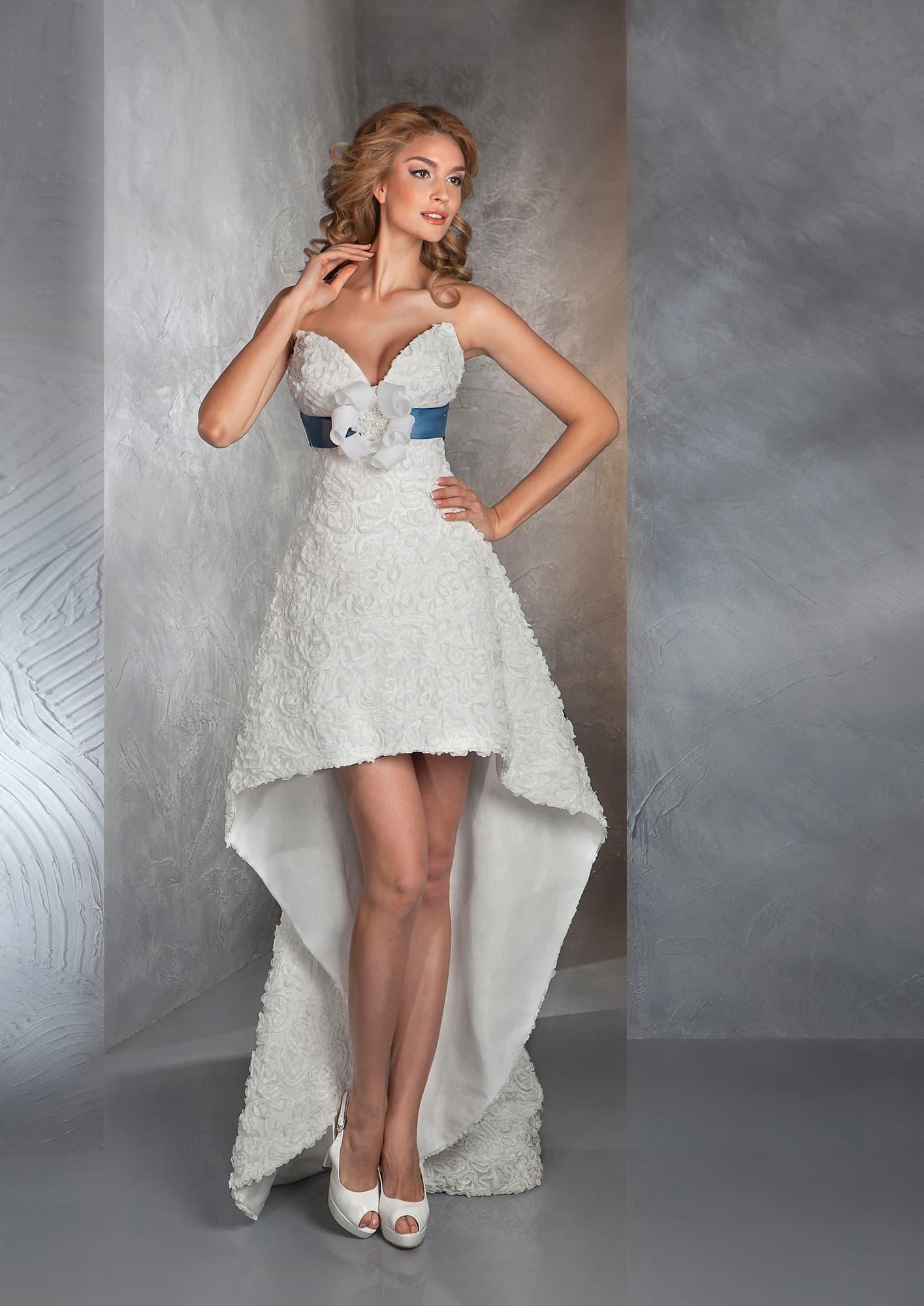73834d571f2fd40 Короткое свадебное платье с длинным шлейфом сзади и синим атласным поясом.