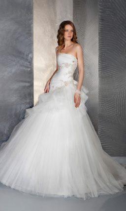 Необычное свадебное платье «принцесса» с асимметричным верхом многослойной юбки.