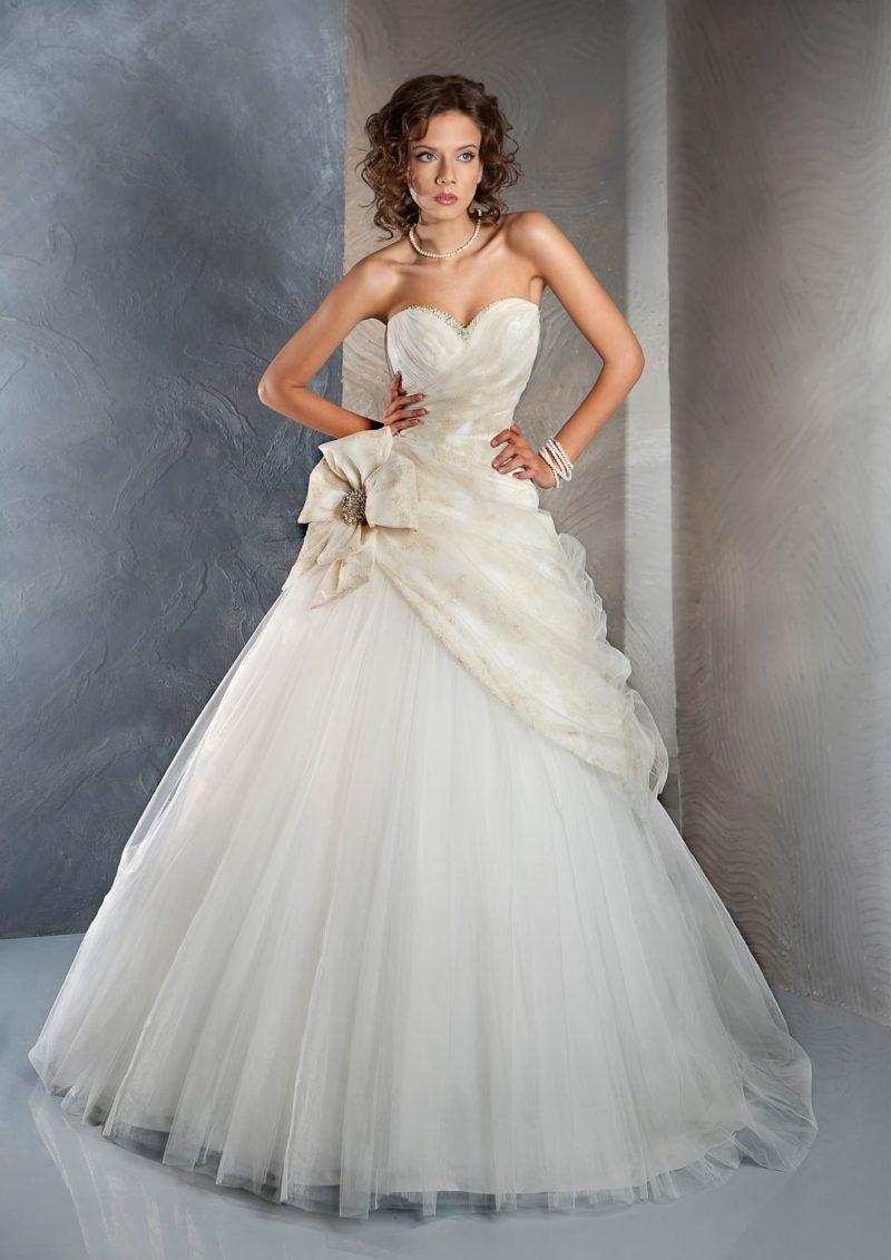 Открытое свадебное платье традиционного силуэта «принцесса» с бисерной вышивкой по лифу.