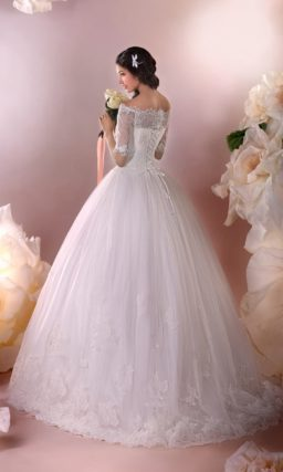 Пышное свадебное платье с фигурным портретным декольте и длинными рукавами.