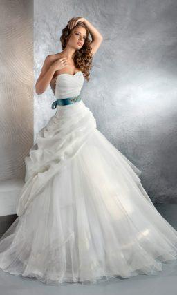 Свадебное платье с юбкой А-силуэта, декором из драпировок и цветным атласным поясом.