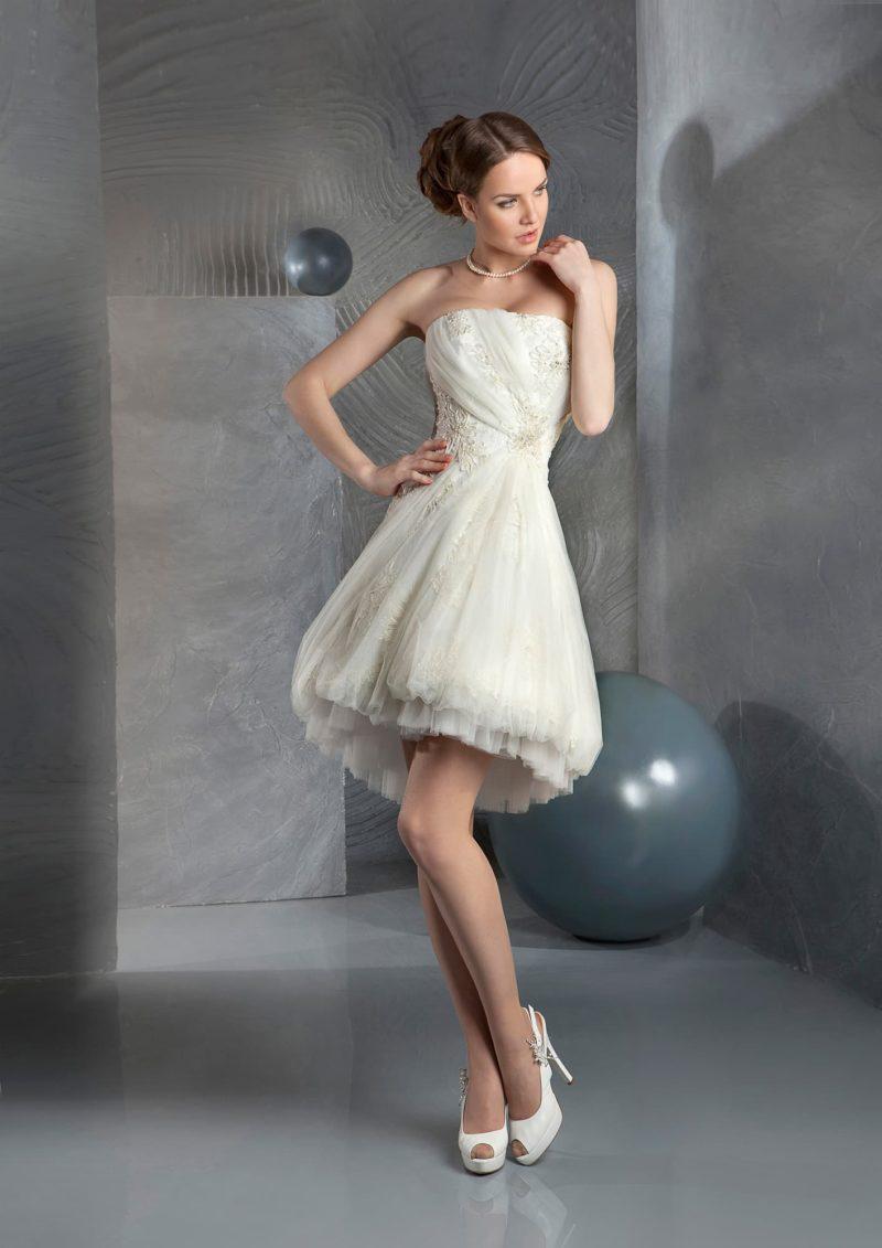 Короткое свадебное платье айвори с многослойной юбкой и открытым прямым лифом.