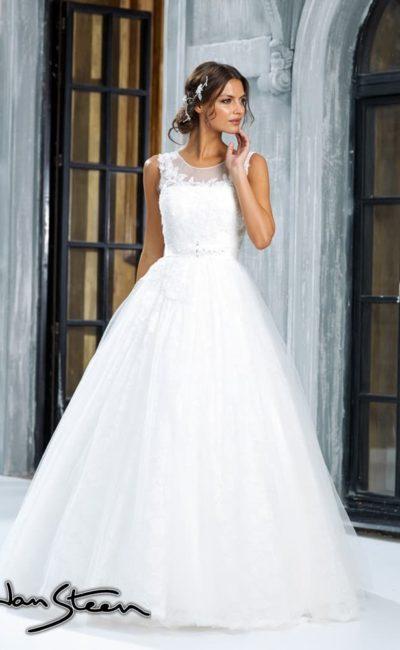 Пышное свадебное платье с полупрозрачной отделкой лифа с кружевными аппликациями.
