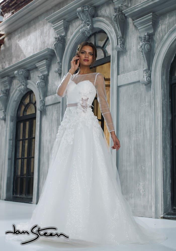 Закрытое свадебное платье силуэта «принцесса» с длинным рукавом и сверкающей юбкой.