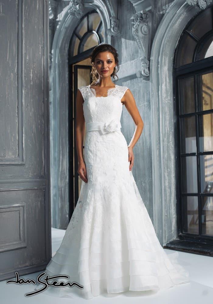 Кружевное свадебное платье силуэта «рыбка» с широким поясом, украшенным сбоку бантом.