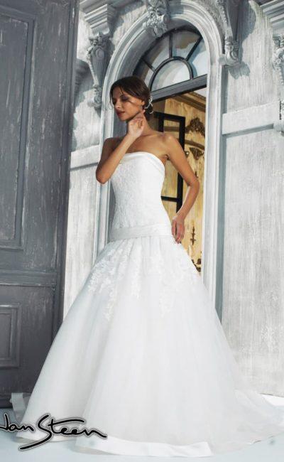 Свадебное платье силуэта «принцесса» с заниженной линией талии и прямым вырезом корсета.