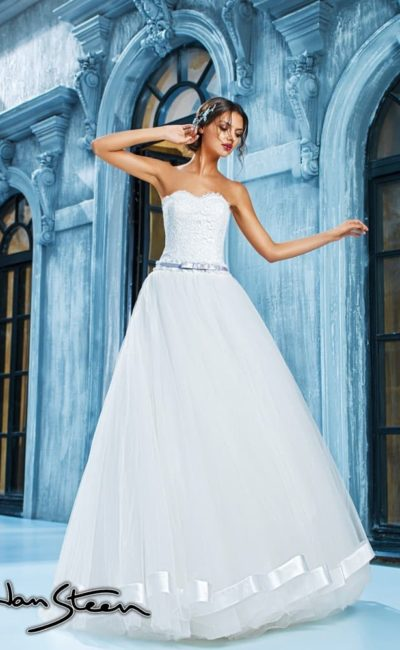 Пышное свадебное платье с кружевным корсетом и узким поясом из глянцевого атласа.