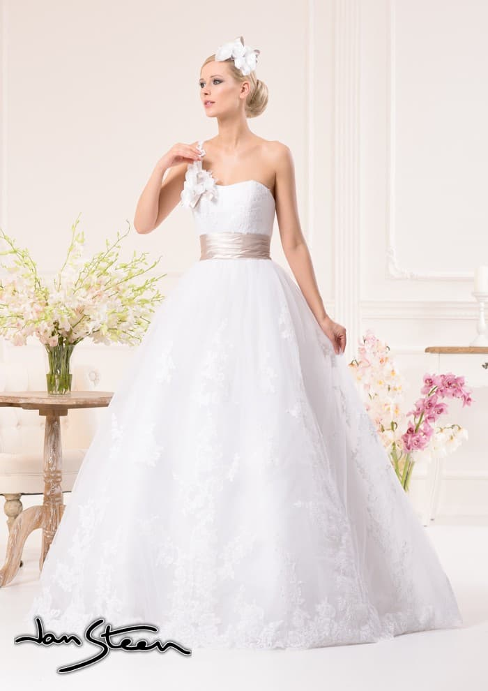 Пышное свадебное платье с кружевной юбкой и атласным поясом нежного лилового цвета.