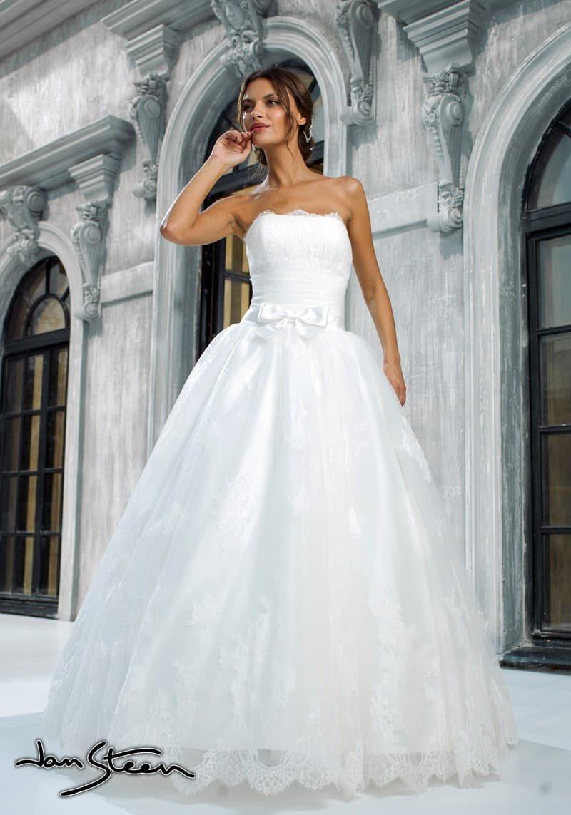 Открытое свадебное платье с пышным силуэтом и широким атласным поясом с бантом.