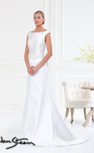 Прямое свадебное платье из атласной ткани, с длинным шлейфом и изящным вырезом.