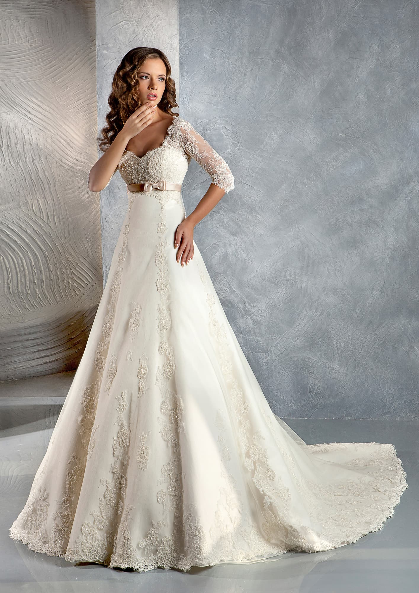 554fd442182 Ажурное свадебное платье силуэта «принцесса» с короткими рукавами и слегка  завышенной талией.