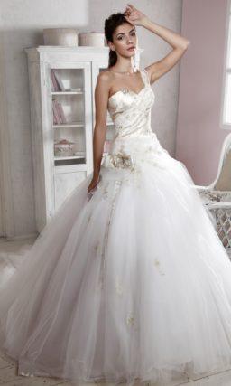 Пышное свадебное платье с атласным вышитым корсетом с широкой бретелью через плечо.