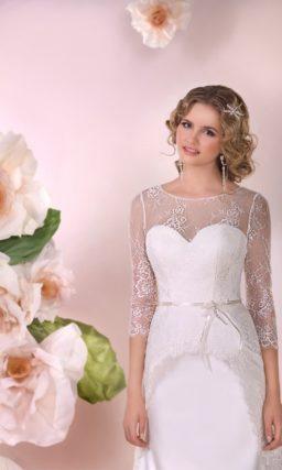 Прямое свадебное платье из атласной ткани со шлейфом и длинными кружевными рукавами.