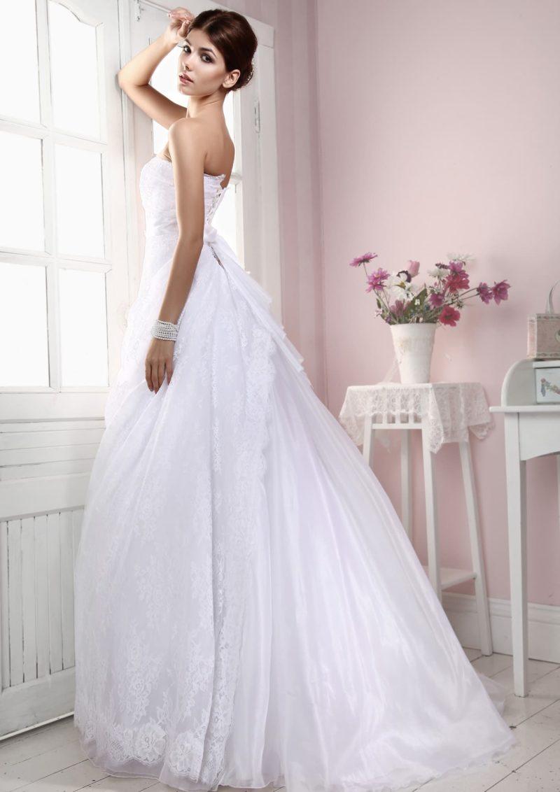 Свадебное платье силуэта «принцесса» с кружевной верхней юбкой и лифом в форме сердца.