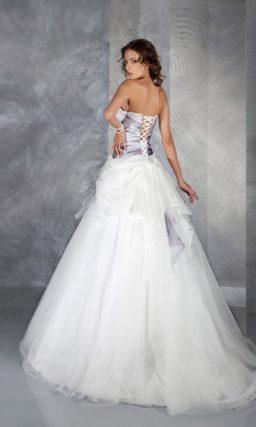Свадебное платье «принцесса» с цветным корсетом и драпировками прозрачной ткани.