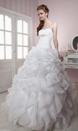 Пышное свадебное платье с облегающим корсетом, дополненным поясом с бисерным декором.