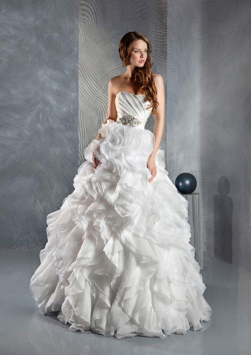 Пышное свадебное платье с роскошными оборками на юбке и открытым корсетом с вышивкой.
