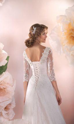 Прямое свадебное платье с фигурным V-образным вырезом и небольшим шлейфом сзади.