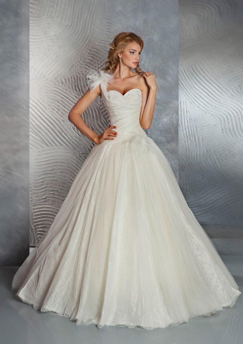 Свадебное платье силуэта «принцесса» с пышным бантом на плече и блестящей вышивкой по корсету.