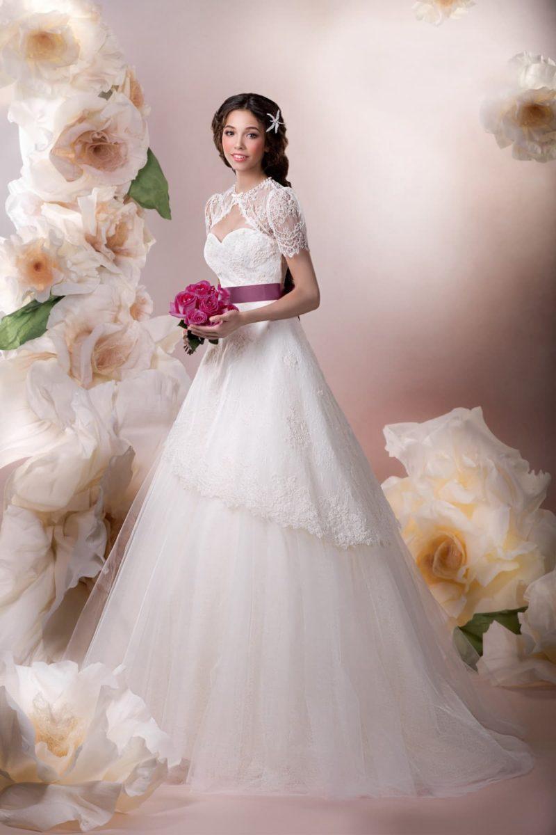 Свадебное платье с юбкой А-силуэта, кружевным болеро и широким цветным поясом.