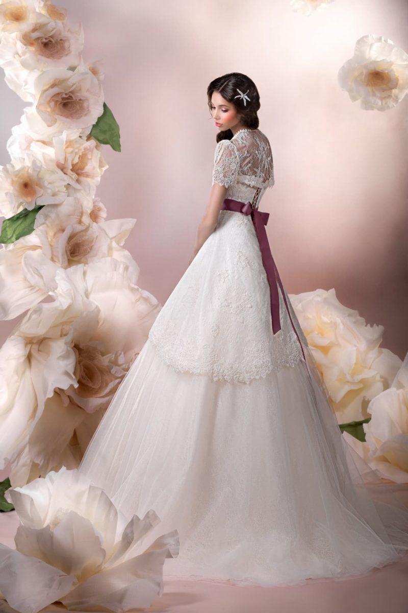 Свадебное платье силуэта «принцесса» с кружевным болеро и цветным поясом из атласа.