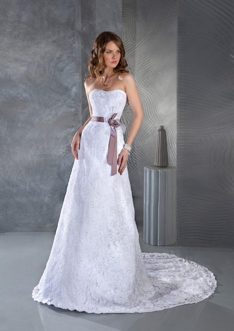 Прямое свадебное платье с длинным кружевным шлейфом и узким цветным поясом с бантом сбоку.