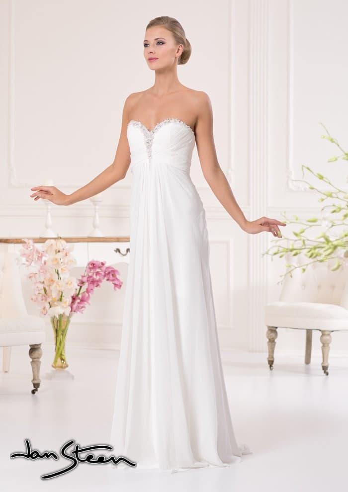 Открытое свадебное платье в ампирном стиле с вышивкой по краю лифа в форме сердца.