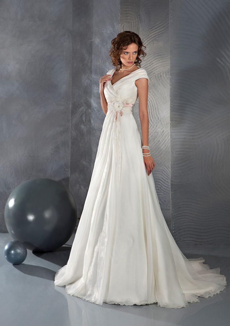 Свадебное платье прямого кроя с V-образными вырезами на лифе и спинке и цветной отделкой.