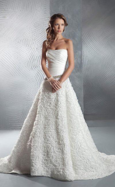 Свадебное платье А-силуэта с фактурной юбкой со шлейфом и со сверкающим поясом.