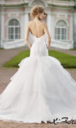 Свадебное платье силуэта «рыбка» с пышной юбкой в несколько объемных уровней.
