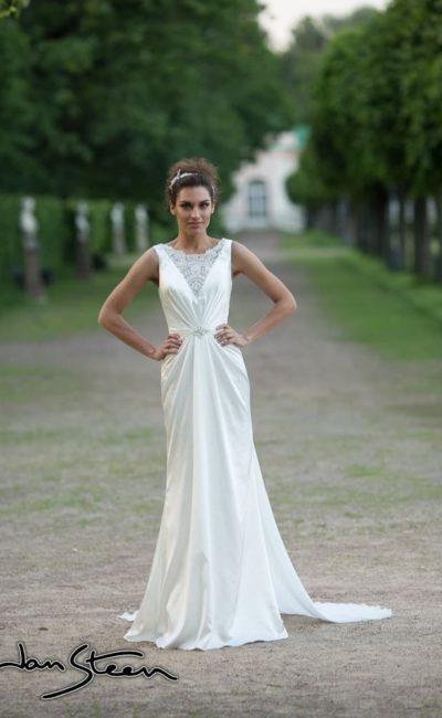 Прямое свадебное платье из атласной ткани с V-образным вырезом, украшенным кружевом.