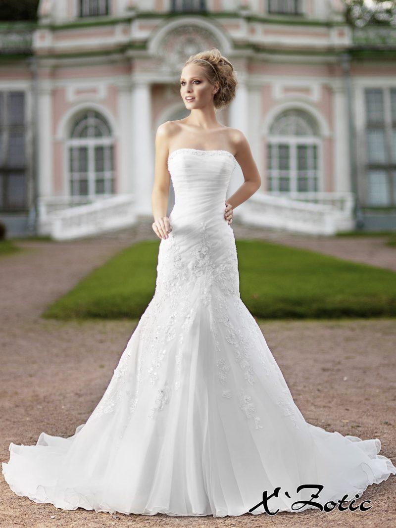 Свадебное платье «рыбка» с кружевным декором по юбке и драпировками на корсете.