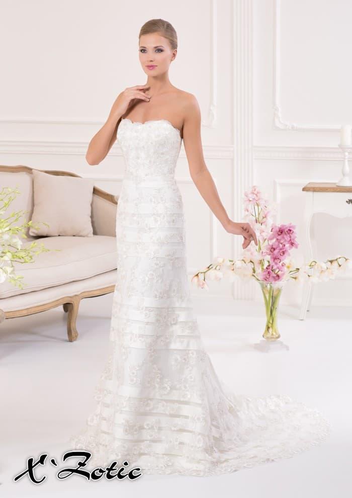 Прямое свадебное платье с длинным шлейфом и декором из горизонтальных атласных полос.