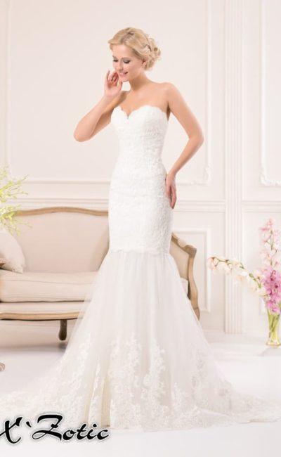 Кружевное свадебное платье силуэта «рыбка» с открытым лифом и пышным низом подола.
