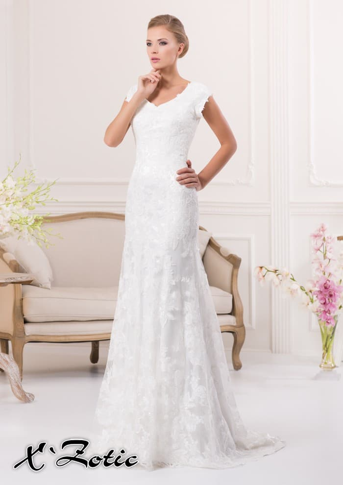 Прямое свадебное платье с V-образным вырезом и кружевной отделкой.